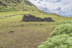 Volcan de Rano Raraku et le moai tombé photographie stock libre de droits