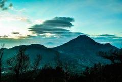 Volcan de Sindoro dans Java-Centrale pendant le lever de soleil sur la colline de Sikunir Photographie stock libre de droits