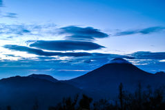 Volcan de Sindoro dans Java-Centrale pendant le lever de soleil sur la colline de Sikunir Photos libres de droits