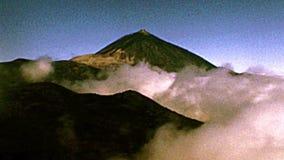 Volcan de Teide d'île de Ténérife dans le brouillard banque de vidéos