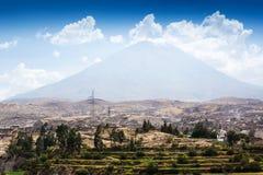 Volcan dormant et la ville photos stock