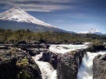 Volcan et cascades à écriture ligne par ligne image libre de droits