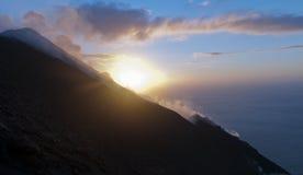 Volcan et coucher du soleil de Stromboli photographie stock libre de droits