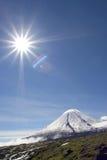 Volcan et soleil de Kluchevskoy Photographie stock libre de droits