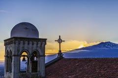 Volcan l'Etna éclatant de l'église et de la croix de castelmola photo stock