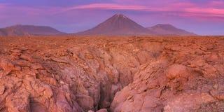 Volcan Licancabur i den Atacama öknen, Chile på solnedgången Arkivfoton