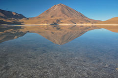 Volcan Licancabur med ursnygga landskap av Sur Lipez, södra B Arkivfoto