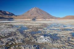 Volcan Licancabur med ursnygga landskap av Sur Lipez, södra B Arkivbild