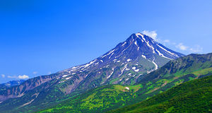Volcan typique de sommeil : Volcan de Vilyuchinsky photos stock
