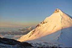 Volcanes en el amanecer imágenes de archivo libres de regalías