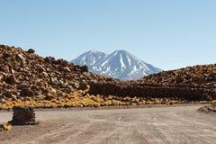 Volcanes en el desierto de Atacama Imagen de archivo libre de regalías
