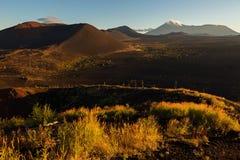 Volcanes y madera muerta en el amanecer - consecuencia del lanzamiento catastrófico de la ceniza durante la erupción del volcán e fotos de archivo libres de regalías