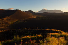 Volcanes y madera muerta en el amanecer - consecuencia del lanzamiento catastrófico de la ceniza durante la erupción del volcán e fotografía de archivo libre de regalías