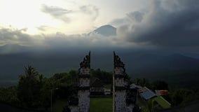Volcano Agung bei Sonnenuntergang Tor des Tempels von Lempuyang Schießen von der Luft Schöne Wolken stock video footage