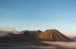 Volcano Bromo, Volcano Batox, cielo blu, Indonesia Fotografie Stock