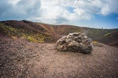 Volcano Etna-Ansicht Silvestri-Krater mit großem Stein in der Front Lizenzfreie Stockfotos
