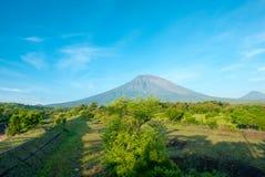 Volcano Gunung Agung met duidelijke blauwe hemel van Amed in Bali, Indo Royalty-vrije Stock Fotografie