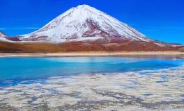 Volcano Licanabur och Laguna Verde _ Fotografering för Bildbyråer