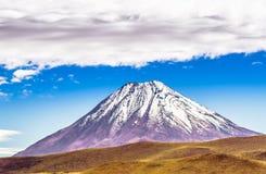 Volcano Licancabur på gränsen av Chile en Bolivia Arkivfoton