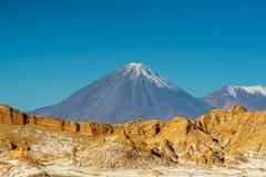 Volcano Licancabur på gränsen av Chile till Bolivia av San Pedro de Atacama Arkivbild