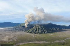 Volcano Mount Bromo Eruption, Java Indonesia orientale fotografia stock libera da diritti