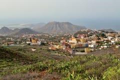 Volcano Mountain en el valle, hogar Imagen de archivo libre de regalías