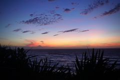 Volcano Mt Taranaki durante il crepuscolo visto da Mokau immagini stock libere da diritti