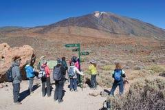 Volcano Pico del Teide nationalpark, Tenerife kanariefågelöar, Spanien - 15 11 2018: Grupp av fotvandrare med guideSpellkontrollö arkivbild