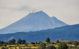 Volcano Popocatepetl en México que ofrece las pequeñas nubes del humo fotografía de archivo
