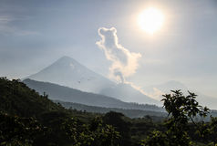 Volcano Santiaguito får utbrott på en solig morgon, Skotska högländerna, Guatemala Arkivbild