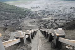 Volcano Step Cratere Mount Bromo-Eruption, Ost-Java Indonesia lizenzfreie stockfotografie