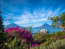 Volcano View com barco, flores e céu Foto de Stock Royalty Free