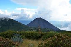 Volcano Yzalco och fält omkring Arkivfoto