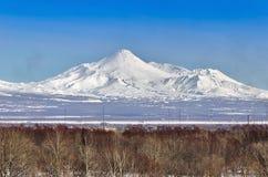 Volcanoes av den Kamchatka halvön, Ryssland. Royaltyfri Fotografi