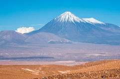 Volcanoes Licancabur och Juriques, Atacama, Chile Fotografering för Bildbyråer