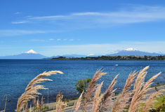 Volcanoes Osorno och Calbucco, Patagonia, Chile arkivbilder