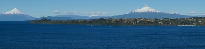 Volcanoes Osorno och Calbuco - Puerto Varas - Chile Royaltyfri Bild