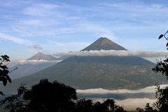 Volcanoes Z chmurą obrazy stock
