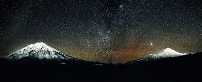 Volcans d'Avachinskiy et de Koryakskiy la nuit photographie stock libre de droits