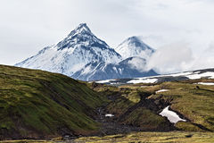 Volcans de beauté du Kamtchatka : Kamen, Kliuchevskoi, Bezymianny Photos libres de droits