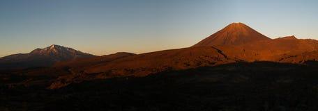 Volcans pendant le lever de soleil Photos libres de droits