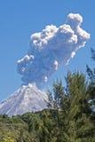 Volcán de Colima con la erupción del vapor Fotos de archivo
