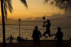 Voleibol da praia, por do sol na praia fotografia de stock