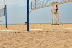 Voleibol de la playa Corte de voleibol en la playa foto de archivo