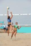 Voleibol de la playa de las mujeres Fotos de archivo libres de regalías