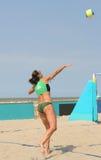 Voleibol de la playa de las mujeres Fotografía de archivo libre de regalías