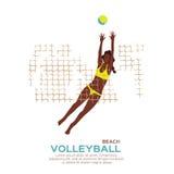Voleibol de la playa Diviértase el juego Mujer joven divertida con la bola Imagenes de archivo