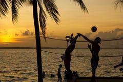 Voleibol de la playa, puesta del sol en las zonas tropicales Fotografía de archivo