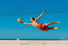 Voleibol de la playa - salto del hombre Fotos de archivo