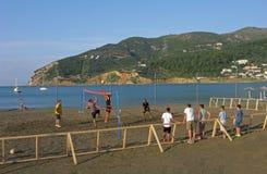 Voleibol de playa en la costa Imagen de archivo libre de regalías